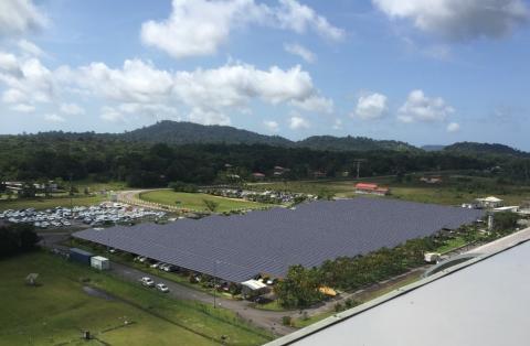 Photomontage réalisé des ombrières photovoltaïques présentes sur le parking de l'aéroport Félix Eboué.
