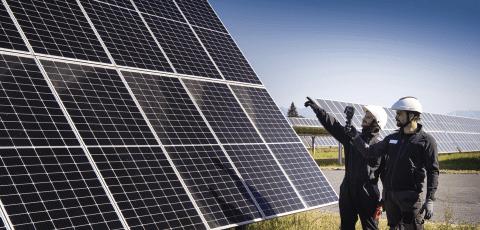 Technicien en intervention sur une centrale solaire